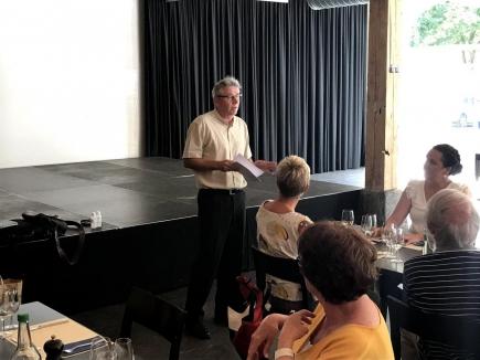 Präsident Diego Schmidhalter eröffnet das Meeting